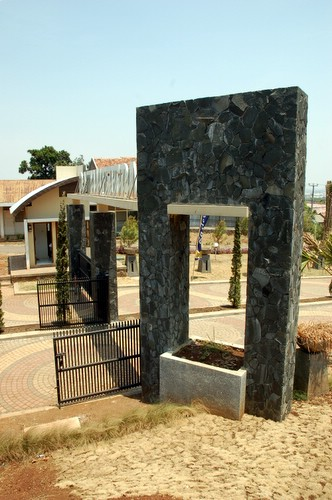 Pintu Gerbang  Eastern Hills diambil dari samping